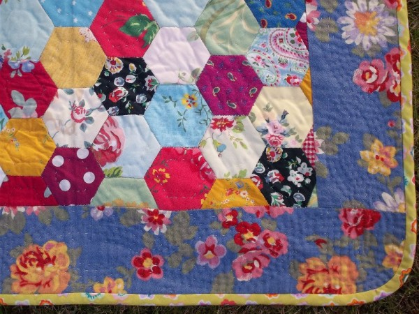 Little hexagon quilt: corner detail showing interlaced undulating lines of quilting