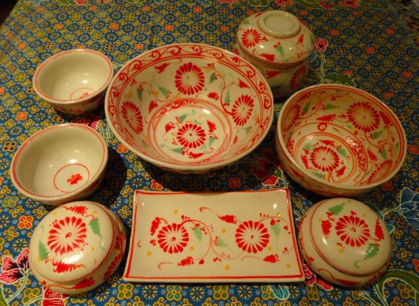 Vietnamese ceramics: coral and green hand painting