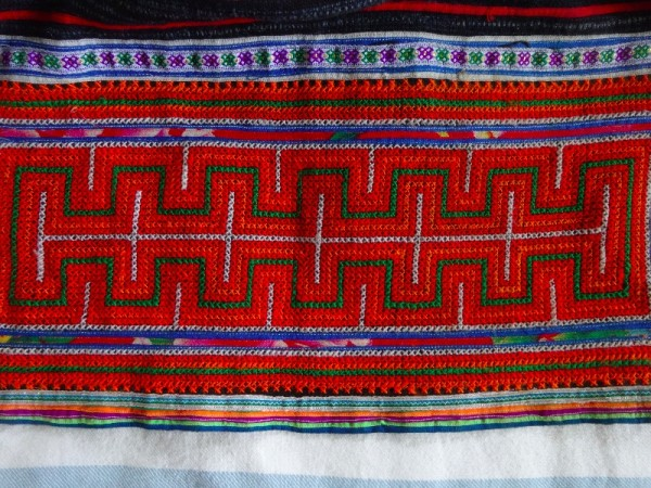 Red Mong skirt : detail of cross stitch border